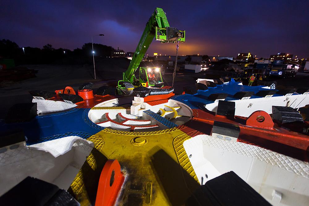 Vanochtend vroeg kwam de boorkop voor de Rotterdamsebaan aan met een speciaal transport in de Vlietzone. De komende maanden komen de andere onderdelen van de tunnelboor en in 2018 kan er begonnen worden met boren.