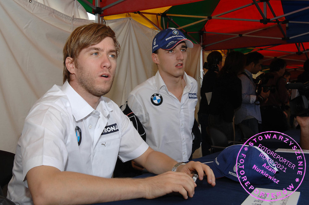 05.10.2006 Suzuka, Japan, ..Nick Heidfeld (GER), BMW Sauber F1 Team and Robert Kubica (POL),  BMW Sauber F1 Team, sign autographs for fans - Formula 1 World Championship, Rd 17, Japanese Grand Prix ..FOT. XPB.CC / WROFOTO..*** POLAND ONLY !!! ***