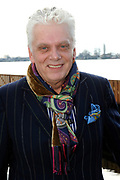 DVD en CD Presentatie 50 jaar Anneke Gronloh in lounge restaurant Branche, Golden Tulip Loosdrecht. DVD/CD is een registratie van het concert dat op 31 mei in de koninklijke stadsschouburg werd gehouden.<br /> <br /> Op de foto:  Jan Slagter