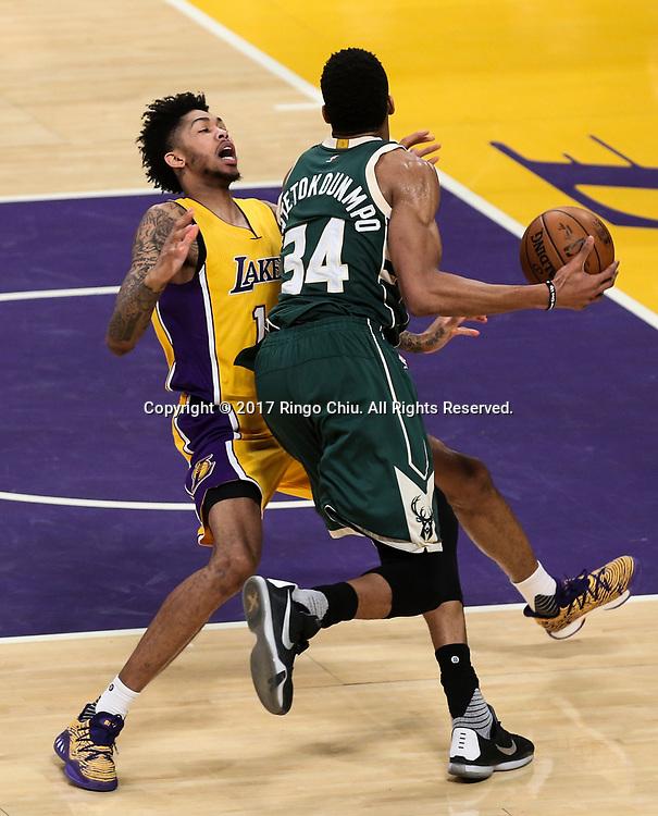 3月17日,密尔沃基雄鹿队球员扬尼斯-阿德托昆博(右)在比賽中进攻遭到洛杉矶湖人队球员布兰登&middot;英格拉姆侵犯。 当日,在2016-2017赛季NBA常规赛中,洛杉矶湖人队主场以103比107不敌密尔沃基雄鹿队。 新华社发 (赵汉荣摄)<br /> Milwaukee Bucks forward Giannis Antetokounmpo (#34) gets fouled by Los Angeles Lakers forward Brandon Ingram (#14) during an NBA basketball game, Friday, March 17, 2017.(Photo by Ringo Chiu/PHOTOFORMULA.com)<br /> <br /> Usage Notes: This content is intended for editorial use only. For other uses, additional clearances may be required.