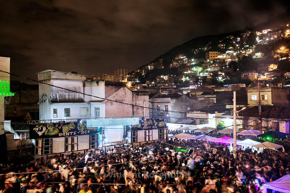 "Last great bailes funk before the ""pacification"" which transforms favela into silent dormitories. ""Baile do Pistão"" in the Morro do Amor in Complexo do Lins, Zona Norte of Rio de Janeiro. // Dans un des derniers grands bailes funk de favela avant la 'pacification"" qui les transforme en dortoir silencieux. Baile du Pistão, ""colline"" ou ""morro"" de l'Amor, dans le Complexe du Lins, Zona Norte de Rio de Janeiro."