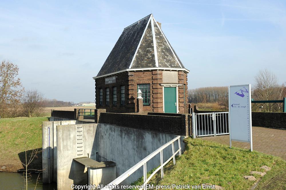 Gemaal H.C. De Jongh te Aalst <br /> <br /> GEMAAL gelegen aan de Maasdijk tussen Aalst en Poederoijen. Het is gebouwd in 1935 als vervanging voor het toenmalige gemaal<br /> <br /> Pumping H.C. De Jongh in Aalst<br /> <br /> Pumping station located on the Maasdijk between Aalst and Poederoijen. It was built in 1935 to replace the former pumping station