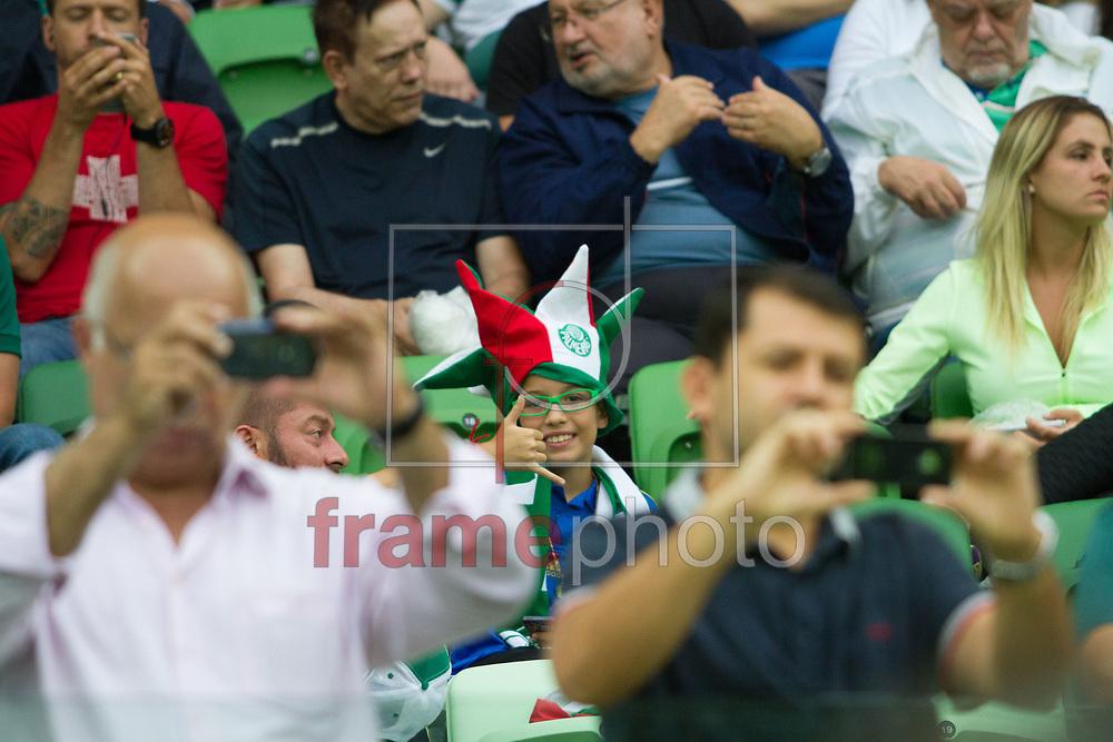 São Paulo (SP), 05/02/2015 - Torcedor em meio a fotos durante partida entre Palmeiras e Ponte Preta na noite desta quinta-feira (05/02), no Allianz Parque, pelo Campeonato Paulista. Foto: Anderson Rodrigues/Frame