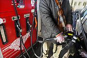 Winterswijk, 1-2-2009Man staat bij zijn auto en tankt diesel. Om zijn hand niet vies te maken draagt hij een plastic handschoen.Foto: Flip Franssen/Hollandse Hoogte