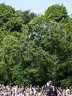 AMSTELVEEN -  confetti van de Almeerse supporters  slingers in de bomen   links Andrin Rickli (Almere)  Play Offs / Outs Hockey hoofdklasse.  Hurley-Almere (0-1) . Almere wint blijft in de hoofdklasse. COPYRIGHT KOEN SUYK