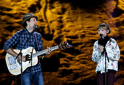 18.03.2017, Planai-Stadion, Schladming, AUT, Special Olympics 2017, Wintergames, Eröffnungsfeier, im Bild die beiden US-amerikanischen Sänger Jason Mraz und Grace VanderWaal // the singers Jason Mraz and Grace VanderWaal during the opening ceremony in the Planai Stadium at the Special Olympics World Winter Games Austria 2017 in Schladming, Austria on 2017/03/17. EXPA Pictures © 2017, PhotoCredit: EXPA / Martin Huber
