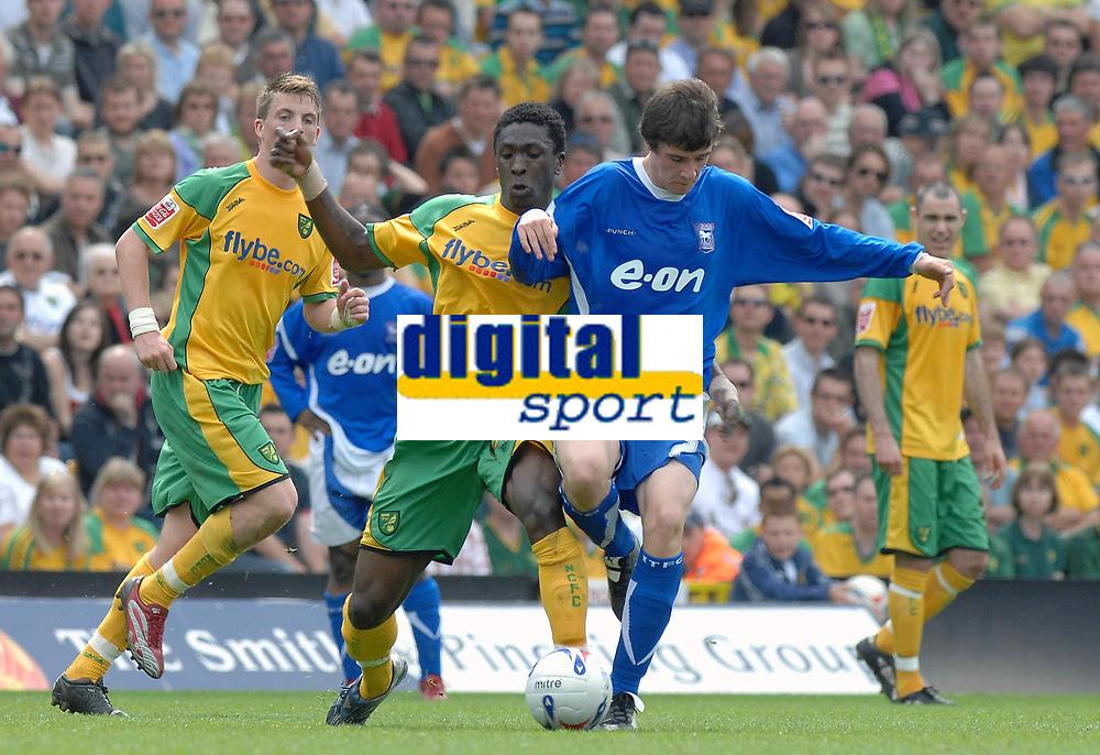 Photo: Ashley Pickering.<br /> Norwich City v Ipswich Town. Coca Cola Championship. 22/04/2007.<br /> Dickson Etuhu of Norwich (L) challenges Owen Garvan of Ipswich