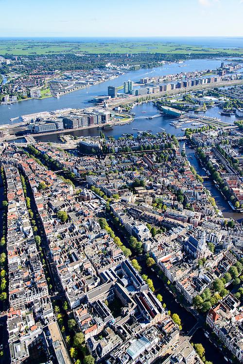 Nederland, Noord-Holland, Amsterdam, 27-09-2015; Nieuwmarktbuurt, voormalige Jodenbuurt. Kloverniersburgwal overgaand in Geldersekade en Nieuwmarkt. Oude Schans (rechts) uitmondend in Oosterdok. In het verschiet Oosterdokseiland (ODE) en IJ-oevers, voormalig Oostelijk Havengebied. <br /> Overview former Jewish quarter, Nieuwmarkt quarter.<br /> luchtfoto (toeslag op standard tarieven);<br /> aerial photo (additional fee required);<br /> copyright foto/photo Siebe Swart