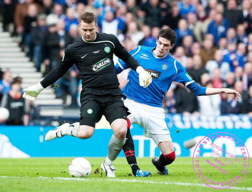 15/03/09 CO-OPERATIVE INSURANCE CUP FINAL 2009 .CELTIC v RANGERS .HAMPDEN - GLASGOW .Kyle Lafferty closes in on Celtic goalkeeper Artur Boruc (left).FOT. SNS / WROFOTO.*** POLAND ONLY !!! ***
