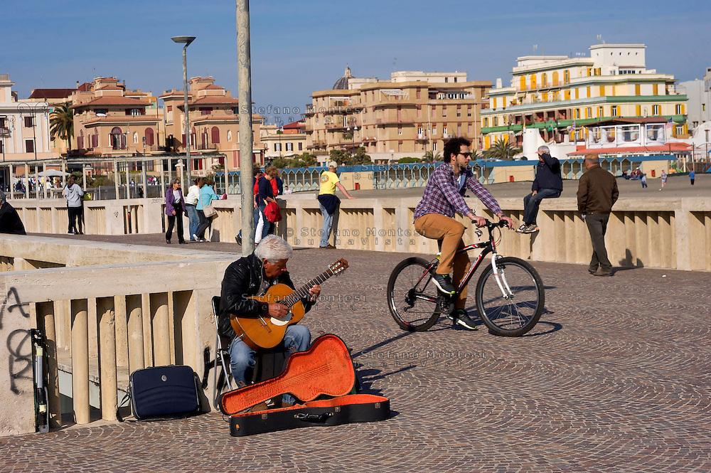 Lido di Ostia, Roma<br /> Il pontile, il punto pi&ugrave; caratteristico ed il pi&ugrave; suggestivo di Ostia, un musicista suona la chitarra.<br /> Lido di Ostia, Rome<br /> The wharf, the most characteristic and the most evocative of Ostia. A musician plays the guitar.