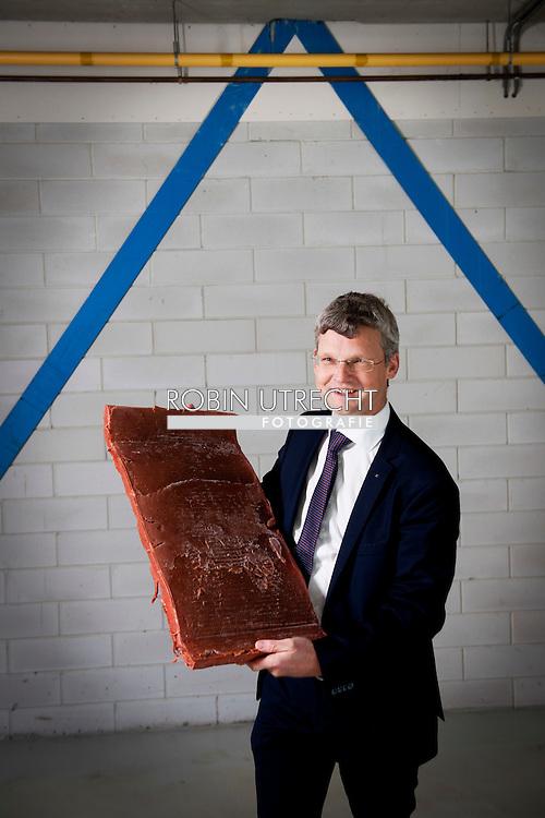 BREDA - hoogleraar Atze Jan van der Goot met de reuzenlap vegabiefstuk Wageningen - Nederlandse onderzoekers zijn druk bezig met het ontwikkelen van een vleesvervanger op basis van peulvruchten die niet onderdoet voor biefstuk. Dat heeft de Wageningen University  Onderzoekers werken aan vega biefstuk<br /> Copyright robin utrecht