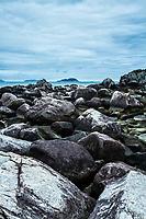 Costão rochoso na Ilha das Campanhas, na Praia da Armação. Florianópolis, Santa Catarina, Brasil. / Rocky shore at Campanhas Island, at Armacao Beach. Florianopolis, Santa Catarina, Brazil.