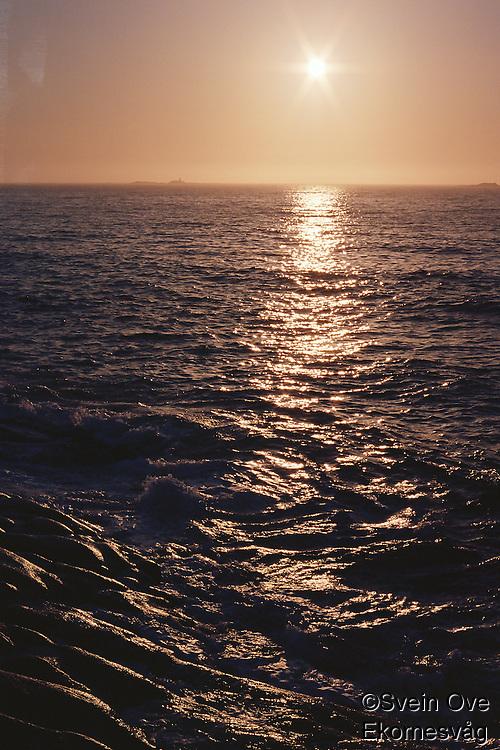 Solen går ned i havet utenfor Vigra.<br /> Foto: Svein Ove Ekornesvåg