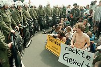 25 APR 1995 DANNENBERG/GERMANY:<br /> Demonstranten von der Polizei umstellt, waehrend Strassenblockade gegen den castor Transport nach Gorleben <br /> IMAGE: 19950425-01/07-31<br /> KEYWORDS: Demo, Polizie, police, Demonstrant,demonstrator, Gewalt, violence, Kernkraftgegner