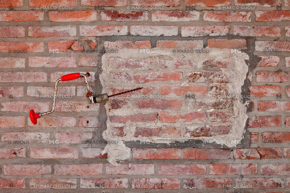 ACCESORIOS DE PEONES COLGANDO DE LA PARED DE UN TAMBO, PROVINCIA DE SANTA FE, ARGENTINA (PHOTO © MARCO GUOLI - ALL RIGHTS RESERVED)