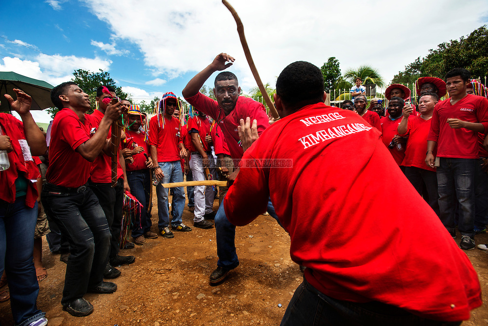 "Participants simulates fighting with wooden sticks that emulate the ""machetes"" with which slaves fought originally. Lezama, 09/07/13. (Gregorio Marrero / Orinoquiaphoto)"