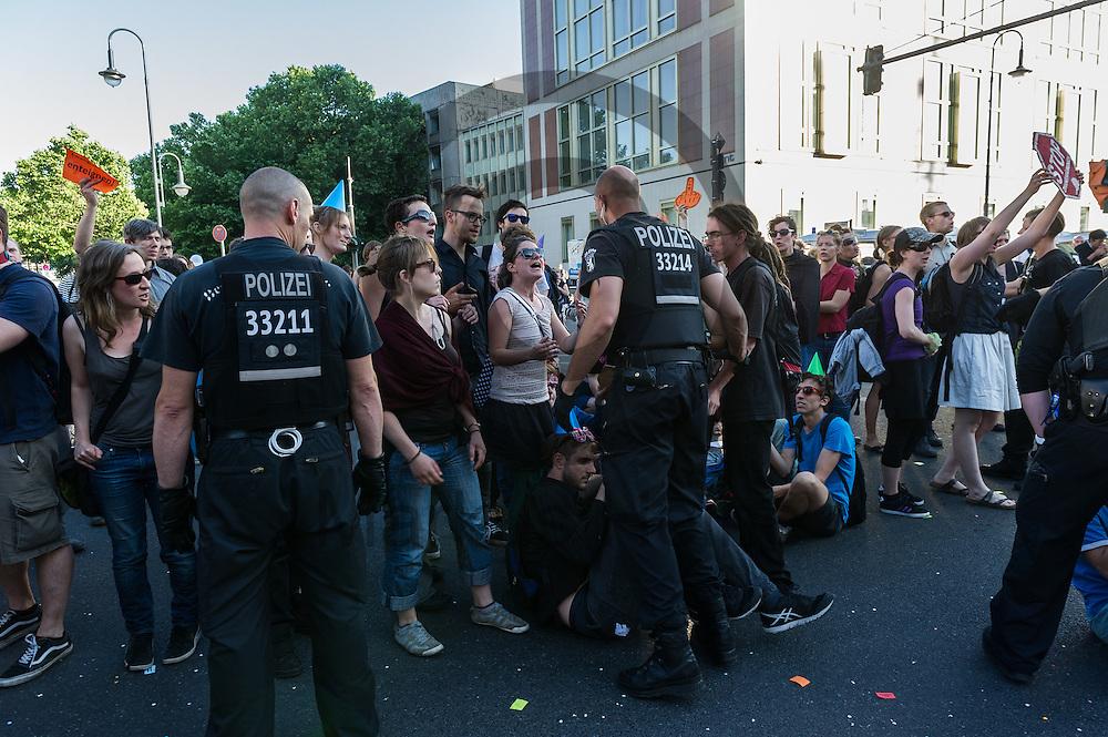 Polizisten dr&auml;ngen w&auml;hrend der Demonstration &quot;Recht auf Stadt statt Schloss&quot; am 08.06.2016 in Berlin, Deutschland Demonstranten zur&uuml;ck. Mehrere hundert Menschen demonstrierten unter dem Motto &quot;Recht auf Stadt statt Schloss&quot; gegen den Tag der deutschen Immobilienwirtschaft und gegen den immer weniger werdenden Wohnraum f&uuml;r gering und normalverdienende. Foto: Markus Heine / heineimaging<br /> <br /> ------------------------------<br /> <br /> Ver&ouml;ffentlichung nur mit Fotografennennung, sowie gegen Honorar und Belegexemplar.<br /> <br /> Bankverbindung:<br /> IBAN: DE65660908000004437497<br /> BIC CODE: GENODE61BBB<br /> Badische Beamten Bank Karlsruhe<br /> <br /> USt-IdNr: DE291853306<br /> <br /> Please note:<br /> All rights reserved! Don't publish without copyright!<br /> <br /> Stand: 06.2016<br /> <br /> ------------------------------