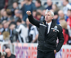 27.04.2013, St. James Park, Newcastle, ENG, Premier League, Newcastle United vs FC Liverpool, 35. Runde, im Bild Newcastle United's manager Alan Pardew looks dejected as his side lose 6-0 to Liverpool during during the English Premier League 35th round match between Newcastle United and Liverpool FC at the St. James Park, Newcastle, Great Britain on 2013/04/27. EXPA Pictures © 2013, PhotoCredit: EXPA/ Propagandaphoto/ David Rawcliffe..***** ATTENTION - OUT OF ENG, GBR, UK *****