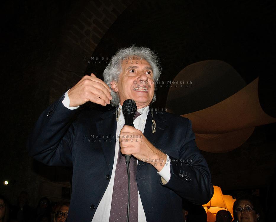 Palermo: il giornalista Corradino Mineo, capolista al Senato nella lista del PD,  in campagna elettorale..Palermo: the journalist Corradino Mineo, candidate in the list of the Democratic Party, during  the election campaign.