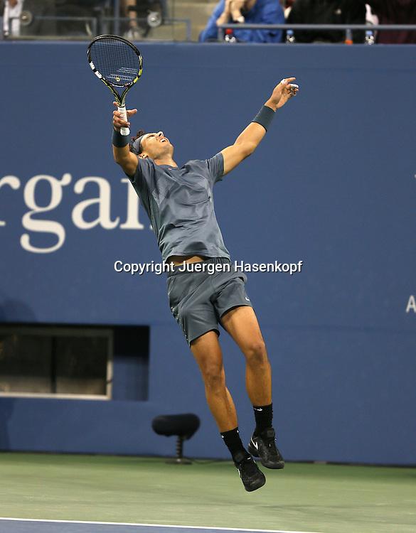 US Open 2013, USTA Billie Jean King National Tennis Center, Flushing Meadows, New York,<br /> ITF Grand Slam Tennis Tournament,Herren Endspiel,Finale,<br /> Rafael Nadal (ESP) jubelt nach seinem Turniersieg,Jubel,<br /> Emotion,Freude,Einzelbild,Ganzkoerper,Hochformat,