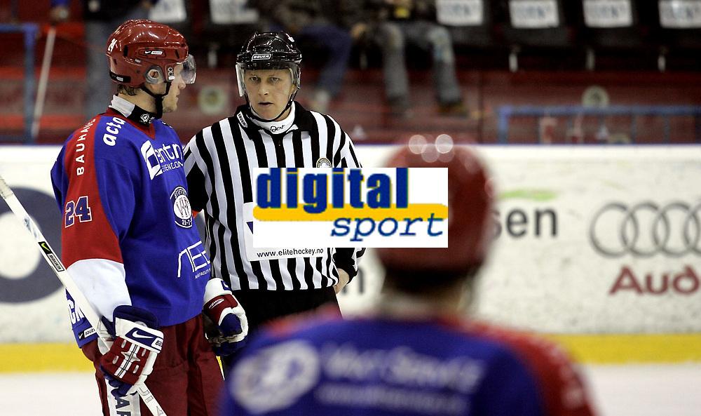 Ishockey<br /> GET-Ligaen<br /> 06.12.07<br /> Jordal Amfi<br /> V&aring;lerenga VIF - Stjernen<br /> Dommer Owe L&uuml;thcke - Kevin Bolibruck protesterer<br /> Foto - Kasper Wikestad
