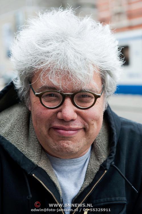 Theodor Holman (Amsterdam, 9 januari 1953) is een Nederlands schrijver, columnist, scenarioschrijver en radiopresentator. Hij werkte aan het begin van zijn carrière langere tijd als journalist bij Het Parool. Theodor gefotografeerd op zijn fiets in de Paulus Potterstraat te Amsterdam. Foto JOVIP/JOHN VAN IPEREN