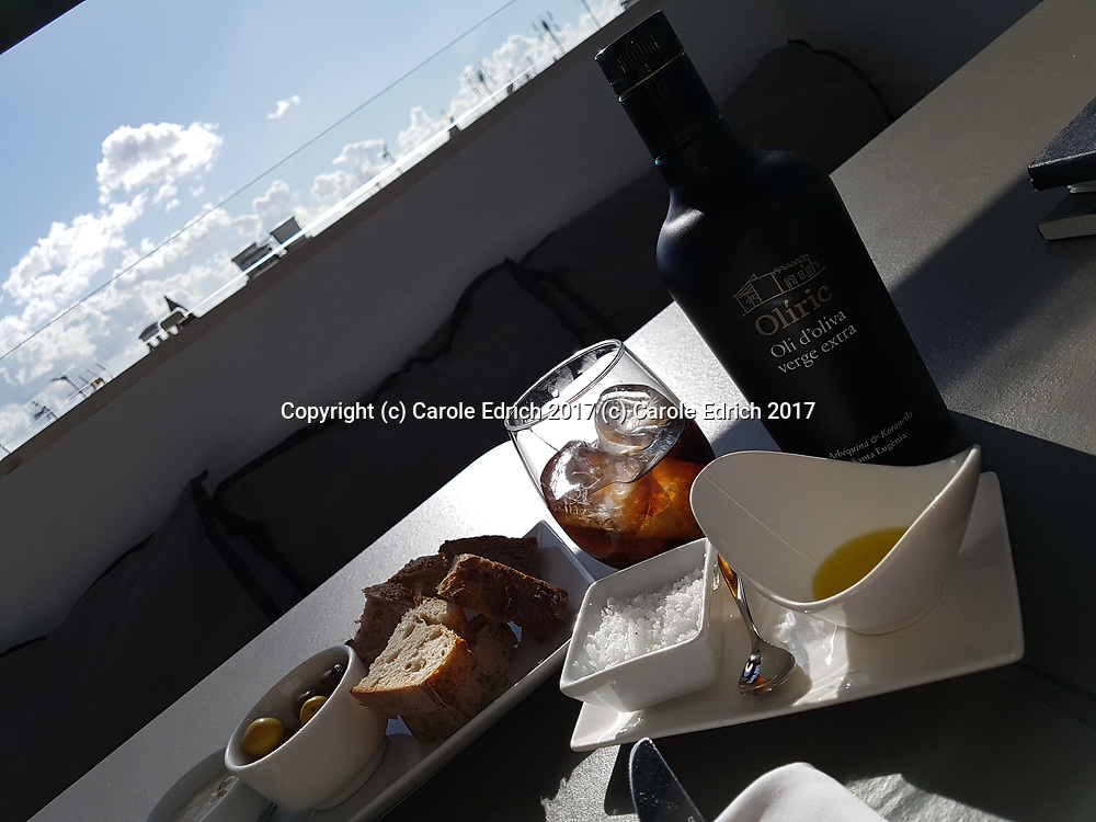 Bread, olives, salt, olive oil bottle and coke with ice at Cuit. (c) Carole Edrich 2017
