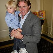 NLD/Amsterdam/20080613 - Verkiezing Beste Pappa van het jaar 2008, Edwin Smulders met zoontje Max