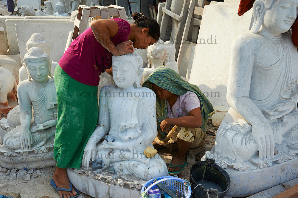 Myanmar (ex Birmanie), Mandalay, Quartier des sculpteurs sur marbre // Myanmar (Burma), Mandalay, Marble carving work