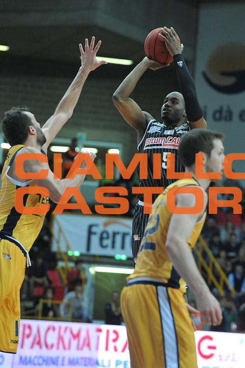 DESCRIZIONE : Trieste Campionato Lega A2 2012-2013 Tezenis Verona Bitumcalor Trento<br /> GIOCATORE : michael umeh<br /> CATEGORIA :  tiro<br /> SQUADRA : Tezenis Verona Bitumcalor Trento<br /> EVENTO : Campionato Lega A2 2012-2013<br /> GARA : Tezenis Verona Bitumcalor Trento<br /> DATA : 29/03/2013<br /> SPORT : Pallacanestro <br /> AUTORE : Agenzia Ciamillo-Castoria/M.Gregolin<br /> Galleria : Lega Basket A2 2012-2013 <br /> Fotonotizia : Trieste Campionato Lega A2 2012-2013 Tezenis Verona Bitumcalor Trento<br /> Predefinita :