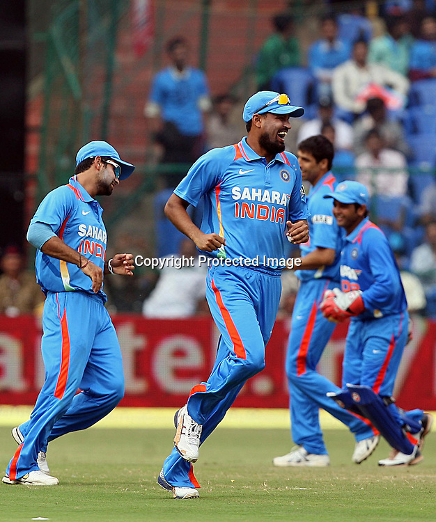 Indian bowler Yusuf Pathan celebrates with team mates New Zealand batsman <br /> Kyle Mills wicket during the 4th ODI match India vs New Zealand Played at M Chinnaswamy Stadium, Bangalore, 7 December 2010 - day/night (50-over match)
