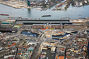 Nederland, Noord-Holland, Amsterdam, 16-04-2008; centrum van de stad met Centraal Station op het Stationseiland;  in het Open Havenfront bouwput voor de Noord-Zuidlijn; achetr het Sations het IJ met in Amsterdam-Noord Overhoeks; IJ, IJ-oever*.historische binnenstad.Amsterdam Central Railway Station with excavations and building site new subway, metro, underground...  .luchtfoto (toeslag); aerial photo (additional fee required); .foto Siebe Swart / photo Siebe Swart