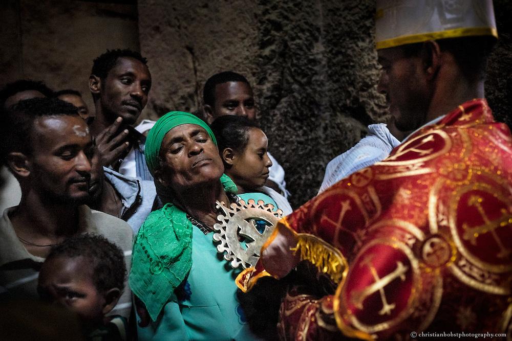Meist reibt der Priester das Lalibela-Kreuz über Brust und Rücken der Pilger.