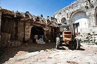 Vignacastrisi (frazione di Ortelle) Lecce.Ingresso vecchia stalla, con trattore agricolo parcheggiato