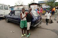 26 SEP 2006, KINSHASA/CONGO:<br /> Zwei Jungen an einer Strasse von Kinshasa<br /> IMAGE: 20060926-01-058<br /> KEYWORDS: Stassenszene, Bevoelkerung, Bevölkerung, Kinder, Kind, Afrika, Africa