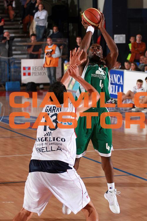 DESCRIZIONE : Biella Lega A1 2008-09 Amichevole Angelico Biella Montepaschi Siena<br /> GIOCATORE : Henry Domercant<br /> SQUADRA : Montepaschi Siena<br /> EVENTO : Campionato Lega A1 2008-2009 <br /> GARA : Angelico Biella Montepaschi Siena<br /> DATA : 23/09/2008 <br /> CATEGORIA : Tiro Three Points<br /> SPORT : Pallacanestro <br /> AUTORE : Agenzia Ciamillo-Castoria/S.Ceretti<br /> Galleria : Lega Basket A1 2008-2009 <br /> Fotonotizia : Biella Campionato Italiano Lega A1 2008-2009 Angelico Biella Montepaschi Siena<br /> Predefinita :