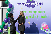 Koningin Maxima luidt op basisschool De Twaalfruiter de schoolbel voor de start van de zesde editie van de Week van het geld<br /> <br /> Queen Maxima at the primary school De Twaalfruite The Queen rings the school bell for the start of the sixth edition of Money Week<br /> <br /> Op de foto / On the photo:  Koningin Maxima en Dolores Leeuwin / Queen Maxima and Dolores Leeuwin