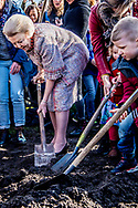 UTRECHT - Prinses Beatrix plant een koningslinde in het Griftpark. De boom is aan de prinses aangeboden door een initiatiefgroep In Vrijheid Verbonden, een netwerk van religies en levensbeschouwingen. ANP ROYAL IMAGES ROBIN UTRECHT