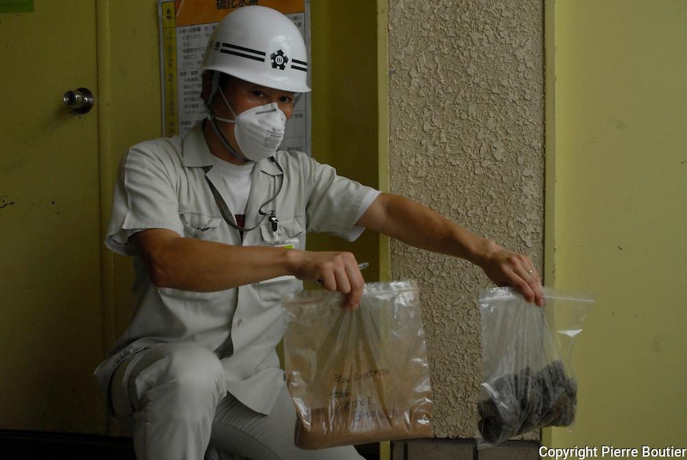 Tokyo; radioactive sludge fond in treatment water facility plant after radioactive black rains falls due to Fukushima nuclear accident ,50 000 tons of sludge found in 14 prefectures. 8000   becquerels or more found containing cesium can not be burnt for1557 tonnes. In stock place,worker by gazeification process, can reduce 8000 becquerel to 50000 or less.In june 25,9669 becquerel per kilogramm detected intreatment water plant. /De la boue radioactive a ete detecte dans 14 prefectures apres les pluies noires causée par l'accident nucleaire de la centrale de Fukushima.au total plus de 50 000 tonnes de boue ont ete decouvert au Japon.des taux de 8000 becquerels contenant du cesium et de l'iode 131 et plus ont ete decouverts . pres de 1557 tonnes ne peuvent etres incinerees. Dans la station de Tachikawa , par le biais de la gazeification,le taux de becquerels par kilos peut etre reduit a moins de 5000 . de becquerels par kilogrammes. le 25 juin 2011 plus de 9669 becquerels ont ete decouvert dans la station e retraitement des eaux usees de Tachikawa(Tokyo)