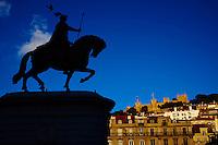 Portugal, Lisbonne, Praca de Figueira, statue du roi Jao 1er et le chateau Sao Jorge // Portugal, Lisbon, Praca de Figueira, king Jao I statue and Sao Jorge castle