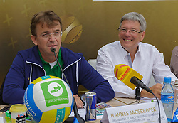 29.07.2014, Klagenfurt, Strandbad, AUT, A1 Beachvolleyball Grand Slam 2014, im Bild Hanes Jagerhofer und Landeshauptmann Mag. Dr. Peter Kaiser // during the A1 Beachvolleyball Grand Slam at the Strandbad Klagenfurt, Austria on 2014/07/29. EXPA Pictures © 2014, EXPA Pictures © 2014, PhotoCredit: EXPA/ Mag. Gert Steinthaler