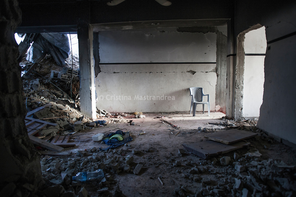 """Shejaya, quartiere a nord della striscia di Gaza. Una delle zone piu colpite dall'attacco israeliano """"Margine protettivo"""". Il quartiere è stato raso al suolo. La popolazione, a distanza di sei mesi dalla fine della guerra, vive tra le macerie della propria casa, al freddo, senza luce, gas e acqua. Nella foto all'interno di una casa distrutta, quello che rimane di una stanza."""