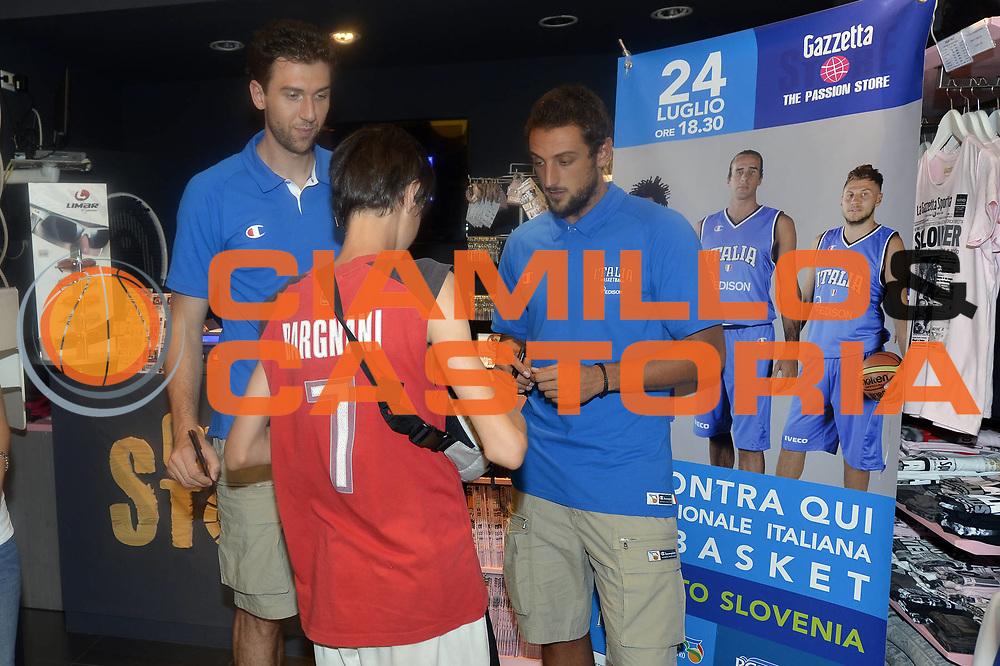 DESCRIZIONE : Milano Hotel M&egrave;lia Raduno Collegiale Nazionale Italiana Maschile Media Day<br /> GIOCATORE : Andrea Bargnani Marco Belinelli <br /> CATEGORIA : Tifosi <br /> SQUADRA : Nazionale Italia Uomini <br /> EVENTO : Raduno Collegiale Nazionale Italiana Maschile <br /> GARA : <br /> DATA : 24/07/2013<br /> SPORT : Pallacanestro <br /> AUTORE : Agenzia Ciamillo-Castoria/GiulioCiamillo<br /> Galleria : Fip Nazionali 2013<br /> Fotonotizia : Milano Hotel M&egrave;lia Raduno Collegiale Nazionale Italiana Maschile Media Day<br /> Predefinita :