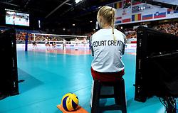 28-09-2015 NED: Volleyball European Championship Polen - Slovenie, Apeldoorn<br /> Polen wint met 3-0 van Slovenie / court crew, ballenmeisje item