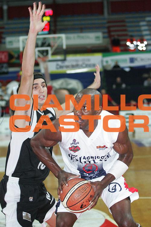 DESCRIZIONE : Montecatini Legadue 2006-07 Agricola Gloria Basket Rossoblu Montecatini Edimes Pallacanestro Pavia<br /> GIOCATORE : Carr<br /> SQUADRA : Agricola Gloria Basket Rossoblu Montecatini<br /> EVENTO : Campionato Legadue 2006-2007<br /> GARA : Agricola Gloria Basket Rossoblu Montecatini Edimes Pallacanestro Pavia<br /> DATA : 01/11/2006<br /> CATEGORIA : Penetrazione<br /> SPORT : Pallacanestro<br /> AUTORE : Agenzia Ciamillo-Castoria/Patrizio Mettini