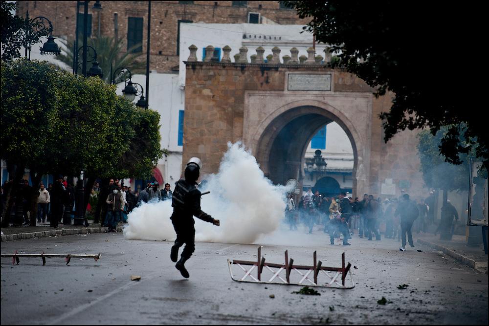 Les manifestants affrontent les forces de Police avenue de France dans le centre de Tunis. // Des affrontements entre la police et les manifestants ont éclaté dans le centre de Tunis, notamment avenue Habib Bourguiba, faisant (selon Associated Press) 3 morts (prétendument par balle) et 12 blessés parmi les manifestants, Tunis le 26 février 2011.