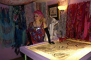 Zandra Rhodes. Zandra Rhodes- A Lifelong Affair with textiles.-Zandra Rhodes retrospective exhibition. Fashion and Textile museum. 1 February 2005. ONE TIME USE ONLY - DO NOT ARCHIVE  © Copyright Photograph by Dafydd Jones 66 Stockwell Park Rd. London SW9 0DA Tel 020 7733 0108 www.dafjones.com