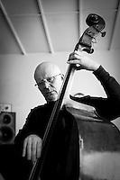 Frá æfingu jazztríó Árna Heiðars (vinnuheiti DIM 41). Gunnar Hrafnsson við Kontrabassann.