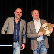 NLD/Hilversum/20101124 - Uitreiking boek 50 jaar Edison, de geschiedenis van de Muziekprijs, Leo Blokhuis Leo Blokhuis reikt 1e boek uit aan Rob de Nijs