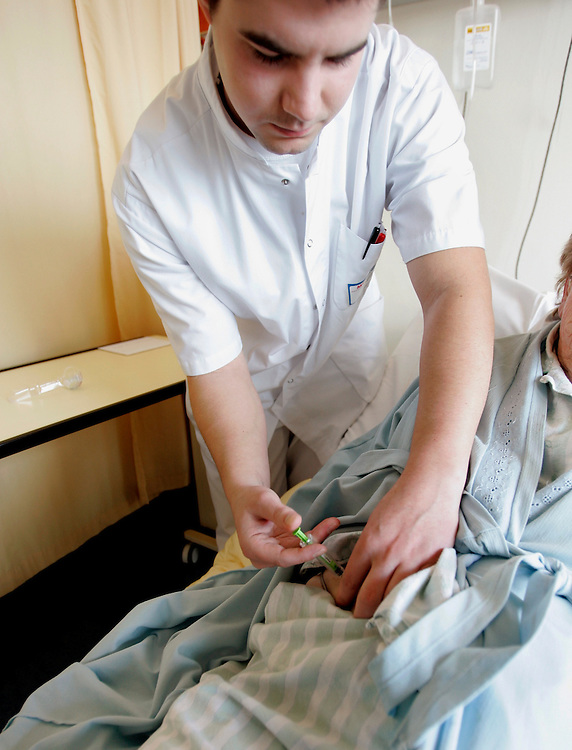 The Hague. Hospital. MCH. Medisch Centrum Haaglanden. A male nurse gives an injection to a patient..Photo: Gerrit de Heus